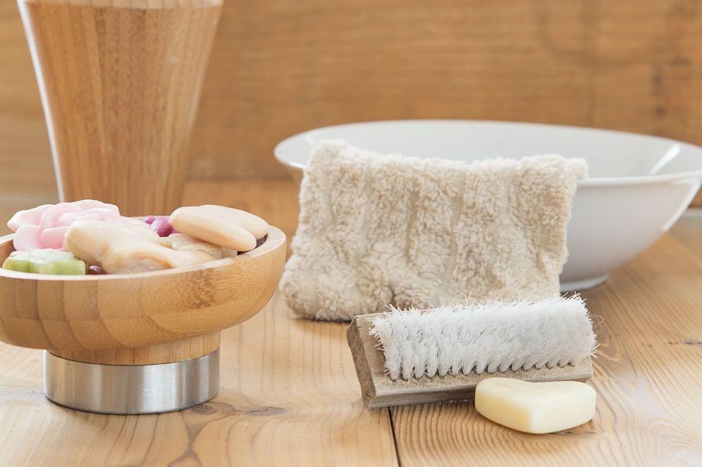 Nowa koreańska metoda na utrwalenie makijażu i poprawę wyglądu skóry. Do jej wykonania wystarczy jedynie miska z zimną wodą.
